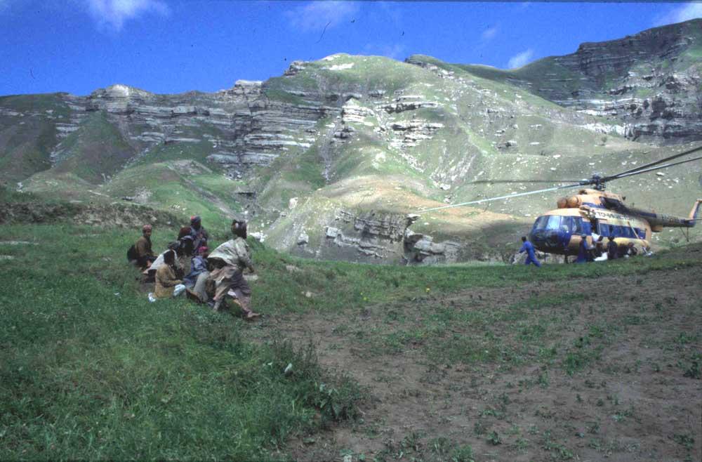 מחכים לסיוע בכפר בהינדו כוש